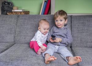 Kinder beim Fernsehen schauen - Kindersendungen
