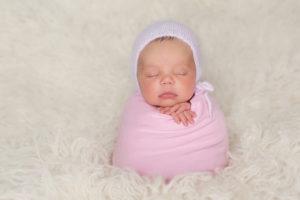 Baby wickeln - neugeborenes Baby