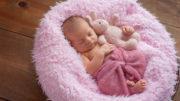 Baby am schlafen - Baby wickeln / Kind wickeln