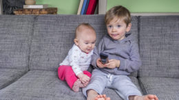 Kinder beim Fernsehen schauen