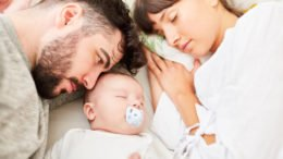 Baby im Elternbett @Robert Kneschke, fotolia