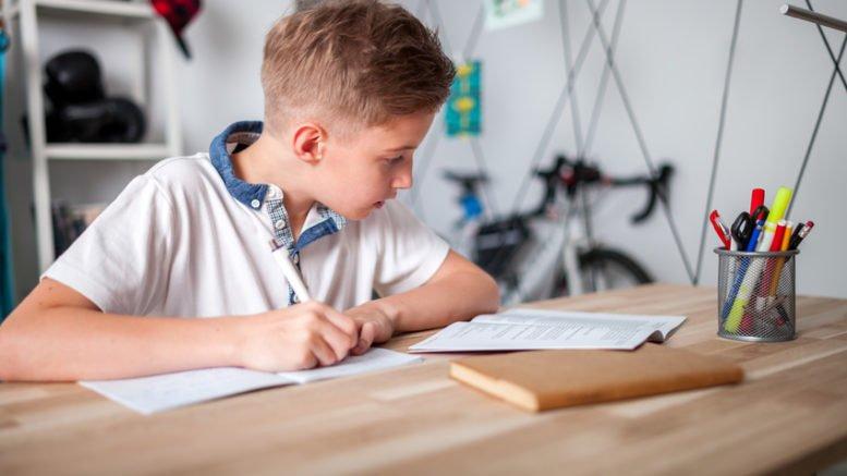 Hausaufgaben machen, fotolia © leszekglasner